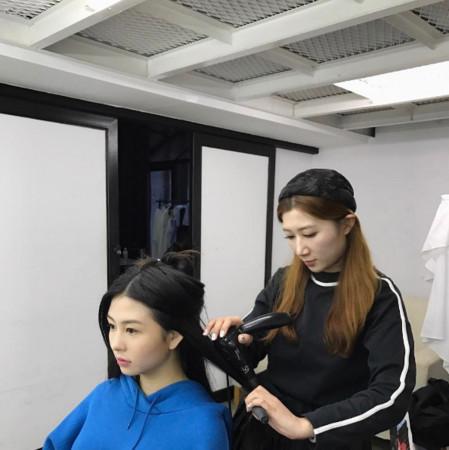 邱淑贞15岁女儿沈月要出道?拍广告秀大长腿(图)