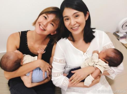 孙燕姿怀抱杨采妮的宝宝 两位辣妈同框满脸幸福