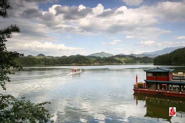 水韵红寺湖,天水一色美极了 红寺湖,位于汉中市西南25公里处的南郑县红寺湖风景区,从汉中汉台区驱车也就约半小时路程,是国家南水北调中线工程极为重要的水源涵养地,位于南郑县西南16公里,是南郑县58个水库群中,规模最大的一个水库,也是陕西十大水库之一。红寺湖总面积25平方公里,水域面积3790亩,库容3381万立方米,林地面积1560亩,森林覆盖率88.