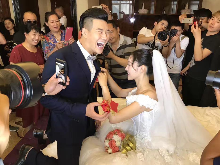 """""""小兵张嘎""""办婚礼 娇妻貌美肤白!"""