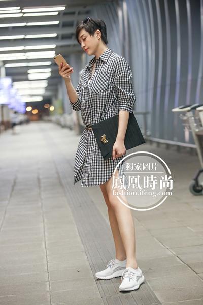 独家街拍:陈法蓉出发戛纳电影节_衬衫裙上身好减龄