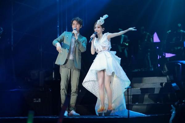 吴克群单膝跪下与王心凌合唱 歌迷高呼:在一起!