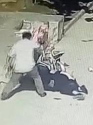 男子开车撞前儿媳后下车用斧头砸