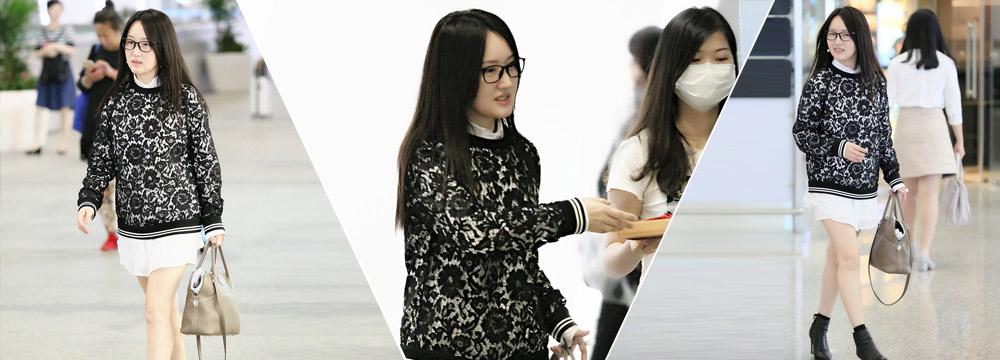 46岁杨钰莹机场秀美腿 肌肤白皙保养得宜