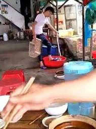 店员用脚洗菜 顾客正在旁边吃饭