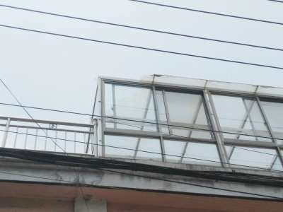 阳光房屋顶的钢化玻璃炸裂
