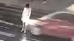 女子被车撞倒路人无视 1分钟后又被碾压