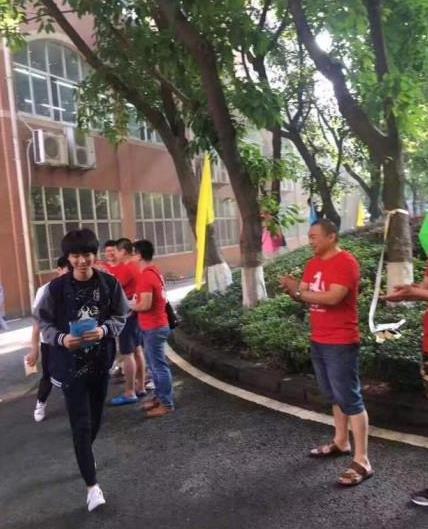 王俊凯考场外遭粉丝围追堵截 官博怒挂照片谴责