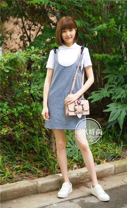 唐嫣不仅剪了可爱的短发,穿起吊带裙搭配白t恤,十足的青春少女形象