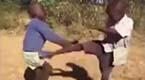 非洲小孩打架 中国功夫成了亮点