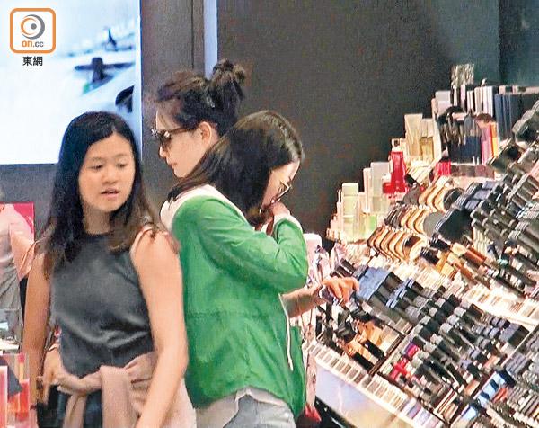 邱淑贞与小女儿逛街购物 有说有笑感情好