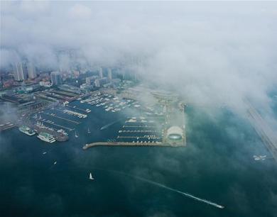 航拍雾锁岛城前海 平流雾宛若云中仙境