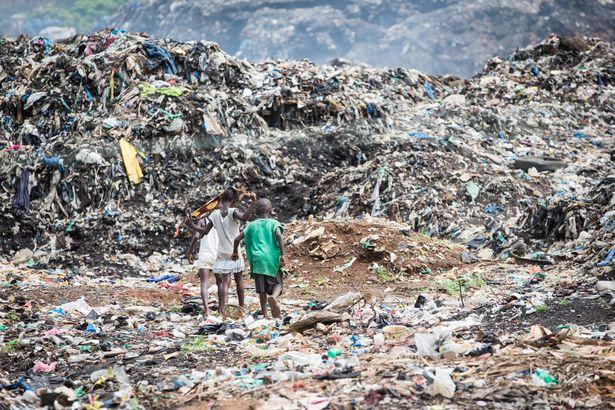 埃博拉病毒肆虐过后的村庄 孤儿以捡垃圾为生(图)