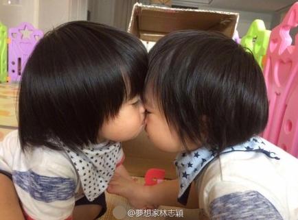 林志颖晒出儿子照片 双胞胎脸贴脸很有爱