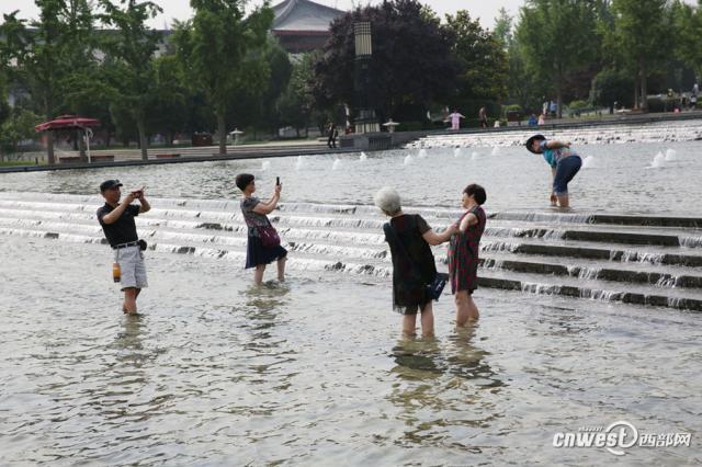 大雁塔游客入喷泉水池戏水 请不要忽视漏电隐患