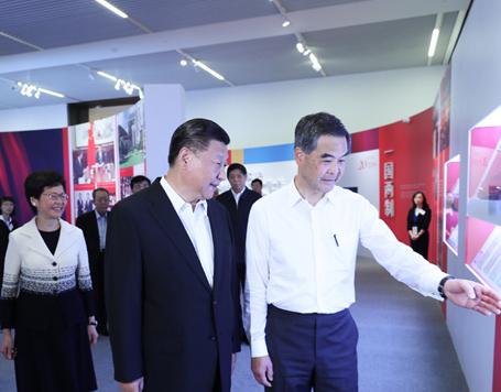习近平参观香港回归祖国20周年成就展