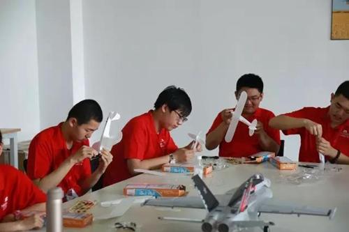 形态各异的飞机,各种类型的比赛方式,在场的同学们听得直呼过瘾.