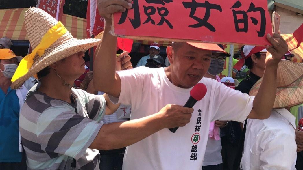 """蔡英文遭抗议民众怒骂""""独裁女妖"""" 急忙取消行程"""