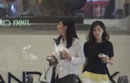 李嘉欣与姐姐逛街热聊 经常见面且话题说不完
