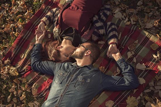 这睡觉姿势夫妻关系更亲密