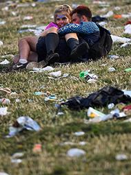 音乐节结束 上千吨垃圾遍地画面