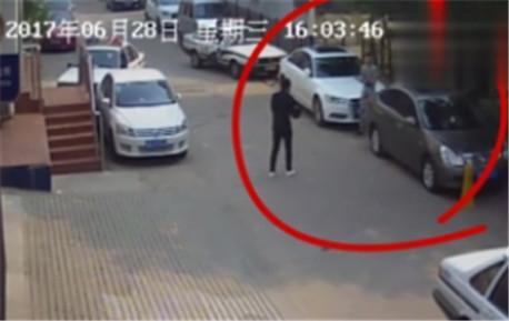 男子派出所门前冒充警察做直播 结果被真警察带走了