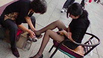 暗拍:街头擦鞋女突现惊人一幕
