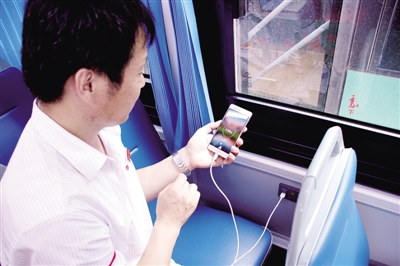 郑州新纯电动公交车:可以给手机充电
