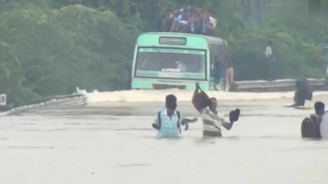 暴雨过后,你就知道印度的客车司机有多牛