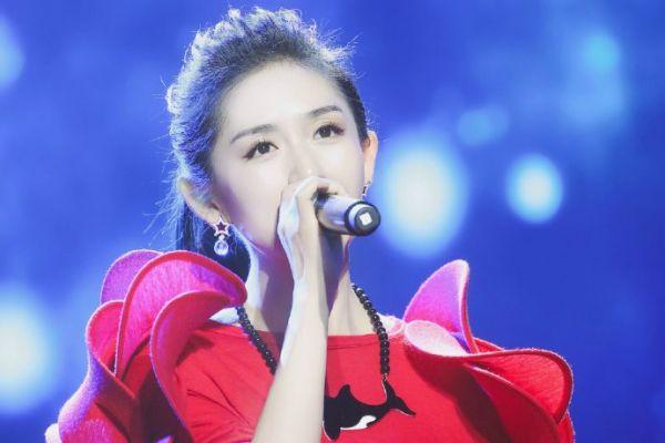 谢娜演���9`m�`��bi_谢娜发童年旧照,还不忘调侃自己从小就爱演