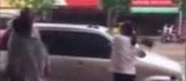 女子撞见老公带女性朋友吃饭 持菜刀怒砍车胎
