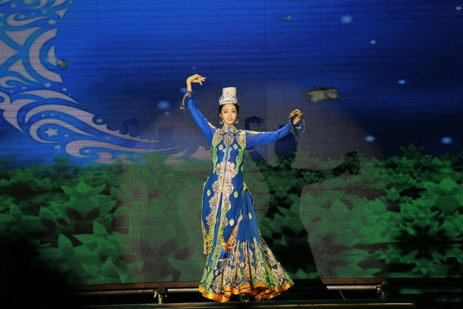 场舞到新疆去_佟丽娅赴三沙边防部队慰问演出 跳新疆顶碗舞超迷人