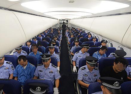 """四川警方首次在国外将嫌犯""""一窝端"""""""