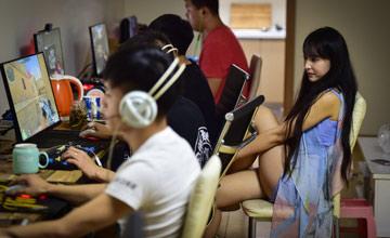 中国电竞第一女老板 月入8万给队员洗衣做饭
