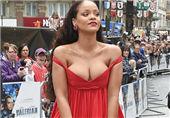 女歌手穿低胸装抢镜