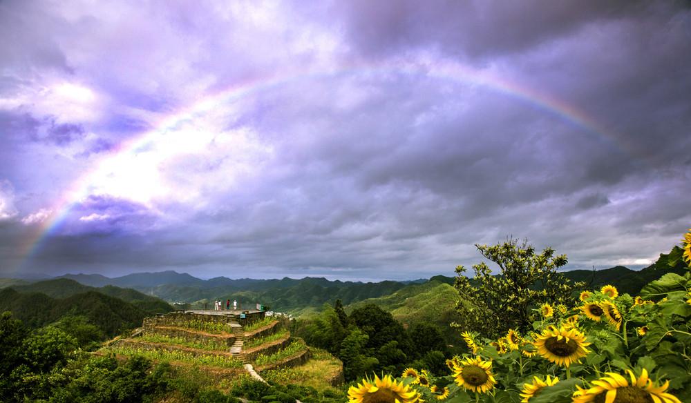 安徽:石潭雨后现绚丽彩虹