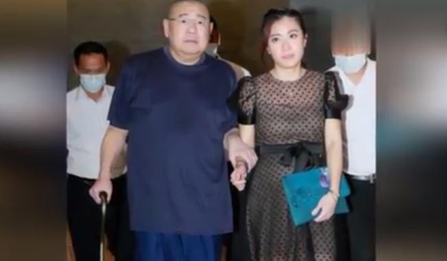 换肾9个月后,刘銮雄穿睡衣上班霸气仍在(图) - 网络剪报 - 天外来客的博客
