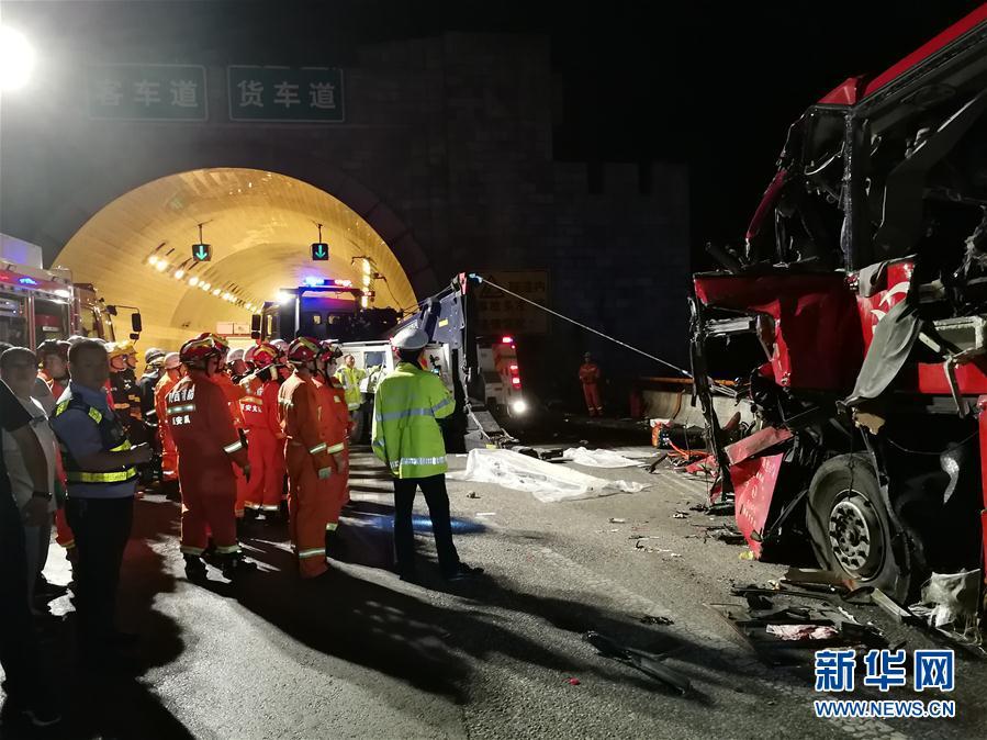 成都开往洛阳大客车陕西境内碰撞隧道 致36人死亡高清图片
