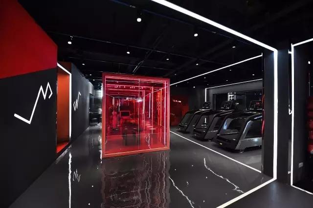 在这300平米的私教健身房中,光成为了空间中的重要媒介,贯穿始末.