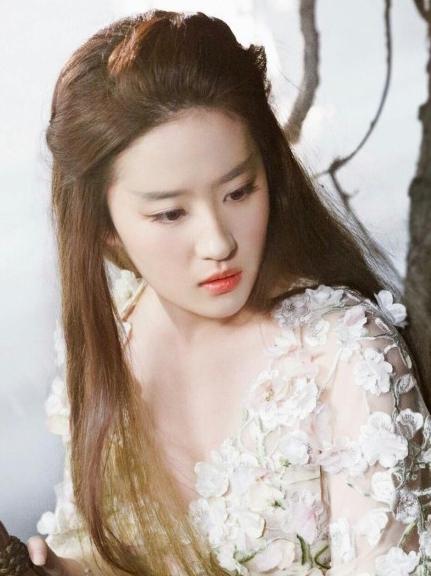 虽然不施粉黛,但刘亦菲的素颜依然美的让网友称…… [责任编辑:张季