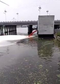 """如东一化工园内""""红水被排入河道"""" 回应:正查原因"""