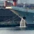 首见国产航母排水/