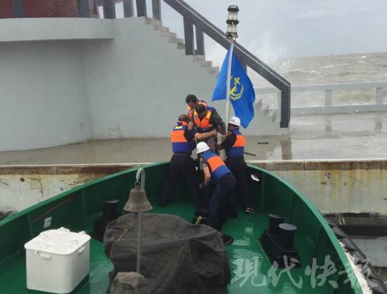 连云港两男子钓鱼时突遇大暴雨 被困灯塔20小时