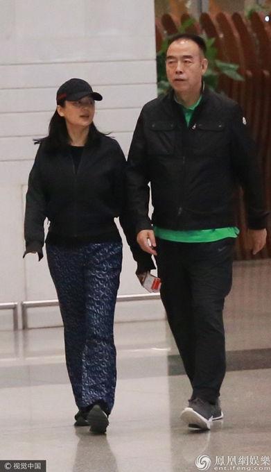 49岁陈红素颜现身 与陈凯歌穿黑色情侣装