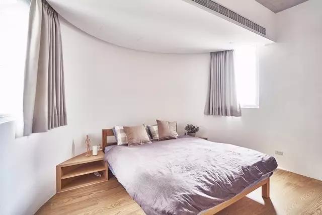 借助三角形的床头木柜,搭配木质床铺和地板,很是惬意.
