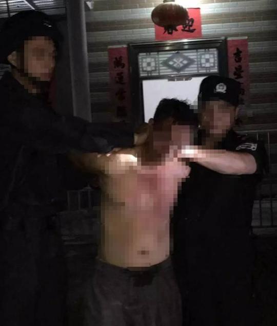 广西:村民砍死一家4口 冲上楼顶持刀与警方对峙