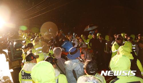 """核武器--韩民众死堵""""萨德""""进驻道路 韩媒:或用身体挡车"""