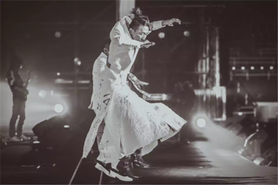 操刀羽泉演唱会战袍设计的梦会停 居然是天生的混蛋裁缝