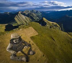 艺术家以瑞士大地为画布创作巨型画