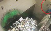 监拍:工人被垃圾车撞倒 坠入垃圾池不幸身亡